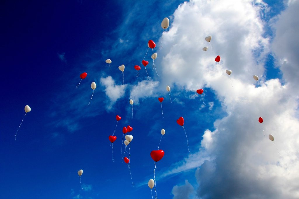 空に飛んでいくたくさんの風船