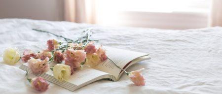 ベッドに花束
