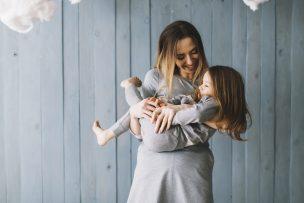 子どもを抱く母親