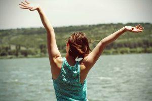 嬉しそうに腕を広げる女性