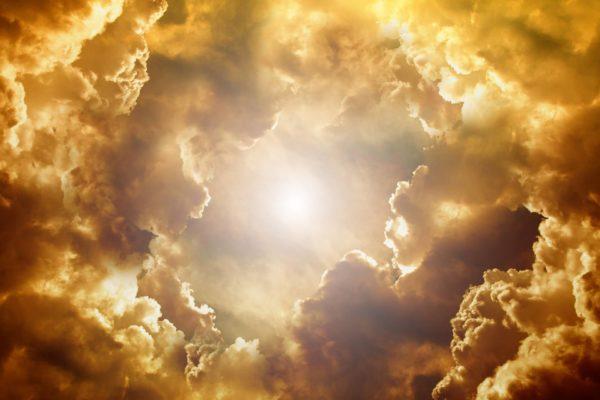 美しく金色に光る雲
